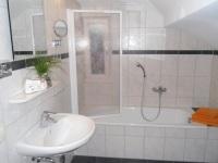 Ferienwohnung II: Badezimmer mit Badewanne