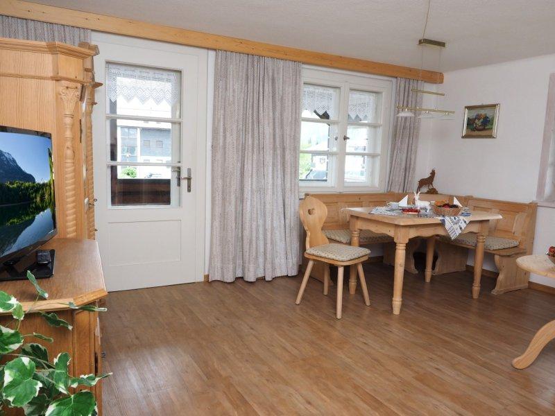 Geräumiges Wohnzimmer mit Zugang zum großzügigen Südbalkon