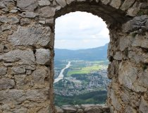 Durch die alten Burgenmauern