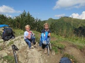 zwei kleine Bergsteigerinnen