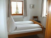 Separates Schlafzimmer mit 2 Fenstern
