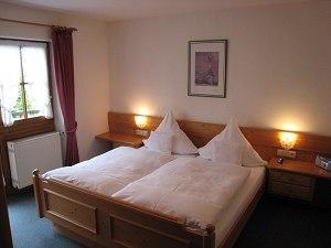 Schlafzimmer Ferienwohnung Nr. 2 mit Westbalkon