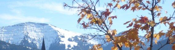 Kirche im Herbst