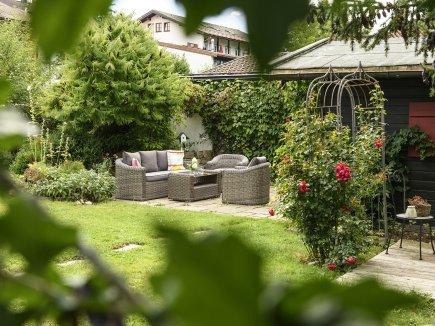 Sitzecke und Gartenhaus