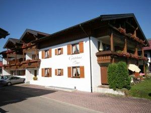 Gästehaus Sinz - Ansicht Süd + West mit Privatparkplatz