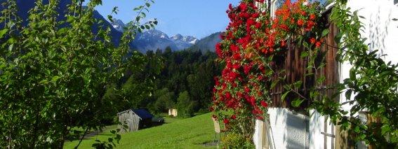 Cafe-Restaurant Karatsbichl mit Blick in die Berge