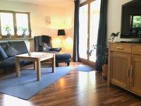 Wohnzimmer mit Zugang zur Terrasse/ Haus Steiner