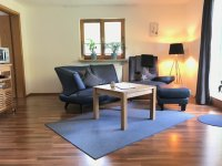 Wohnzimmer mit Zugang zu Terrasse/ Haus Steiner