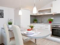 Küche der Ferienwohnung Nummer acht mit Essplatz