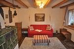 Wohnzimmer mit Kachelofen in Wohnung 5
