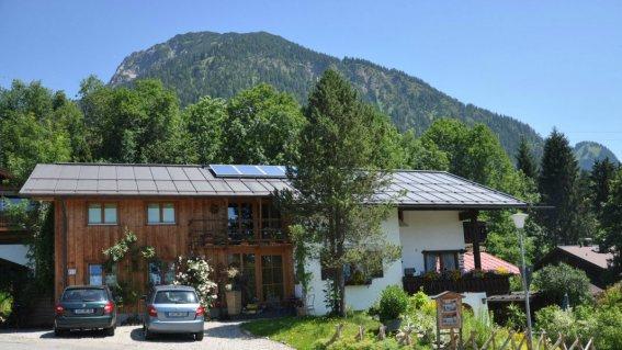 Haus unterm First - im Hintergrund der Schattenberg