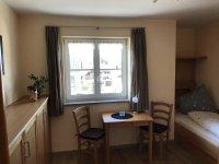 2. Schlafzimmer mit Schrankbett und TV