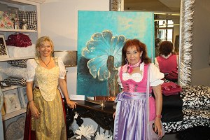 Evelyn Högerle mit der Künstlerin Heidi Winkler
