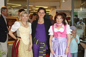 Evelyn Högerle mit Heidi Winkler u. Besucherin der Vernissage