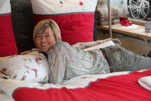 Frau Högerle auf einer traumhaften Bettwäsche von Sylvie Thiriez