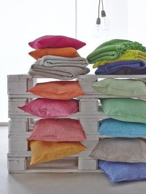 Kuschlige Kissen in fröhlichen Farben