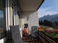 Balkon mit Sonnenliege, Grill und Heizstrahler