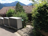 Abgang zum Haus und Mülltonnen