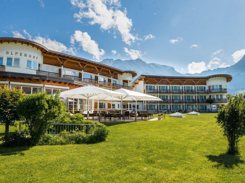 Alpenhof im Sommer