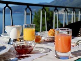 Frühstück auf der Sonnenterrasse im Hotel Arancio