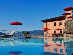 Der Pool direkt am Hotel