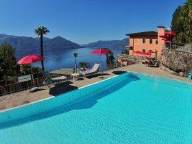 Pool mit Blick auf den Lago Maggiore