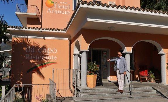 Roger Nanzer begrüsst seine Gäste im Hotel Arancio in Ascona