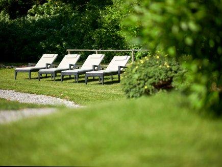 Liegestühle im Hotelpark