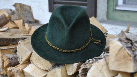 Hut auf Holz