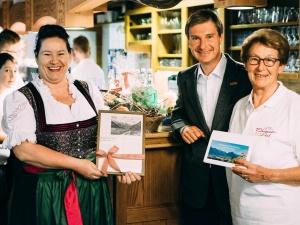 Oberstdorfs Bürgermeister Laurent Mies (mitte) mit den Chefinnen