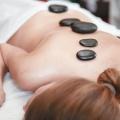 Warme Steine entspannen den Rücken