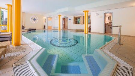Schwimmbad mit integriertem Whirlpool