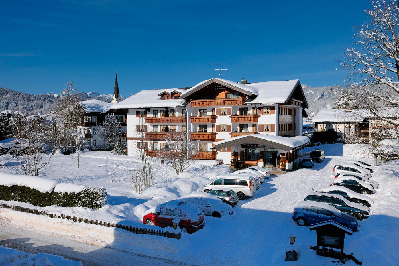 Rubihaus Winter mit Parkplatz