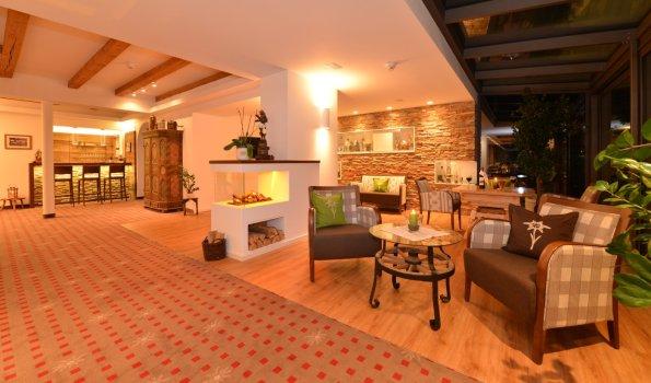 Lobby mit Blick zur Cafébar