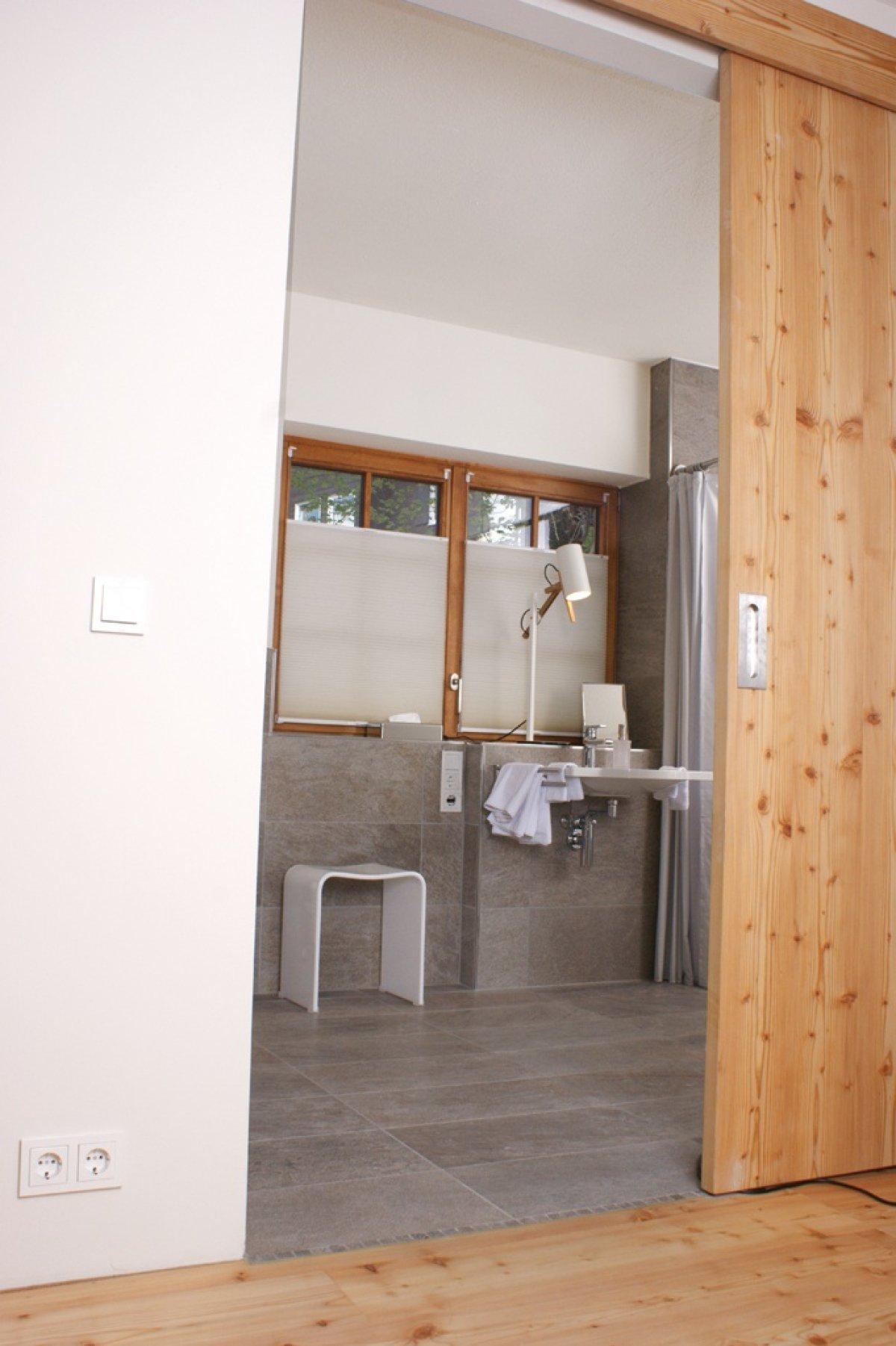 Blick ins moderne Badezimmer
