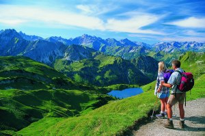 Wanderer am Bergsee