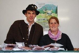 Hermann Tauscher mit seiner Freundin auf dem Wochenmarkt