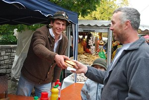 Frische Bratwurst auf dem Wochenmarkt