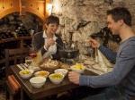 Käse-Fondue im Weinkeller