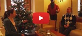 Andre Brandt und Conny Bader vorm Weihnachtsbaum