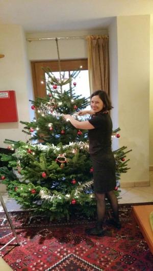 Die Weihnachtselfe schmückt den Baum