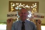 Hoteldirektor André Brandt mit zwei neuen Postkarten