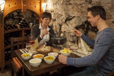 Käse-Fondue im Gewölbekeller