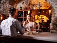 romantisches Dinner im Weinkeller