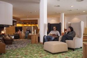 Gemütliche Lounge an der Kaminbar