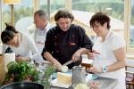 Michael Voll unterstützt seine Kochschüler
