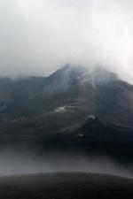Vulkankrater im Nebel
