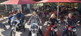 Glückliche Gesichter auf den Moto Guzzis