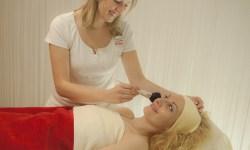 Kosmetikbehandlung mit hochwertiger Pflege