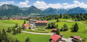 Hotel Oberstdorf im Sommer vor den Allgäuer Alpen